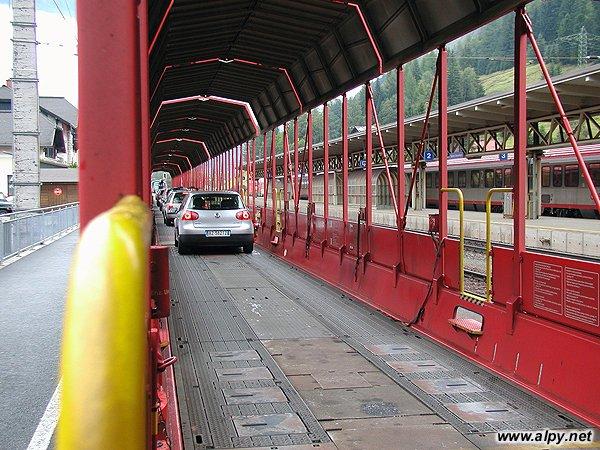 Přeprava aut po železnici Tauernským tunelem