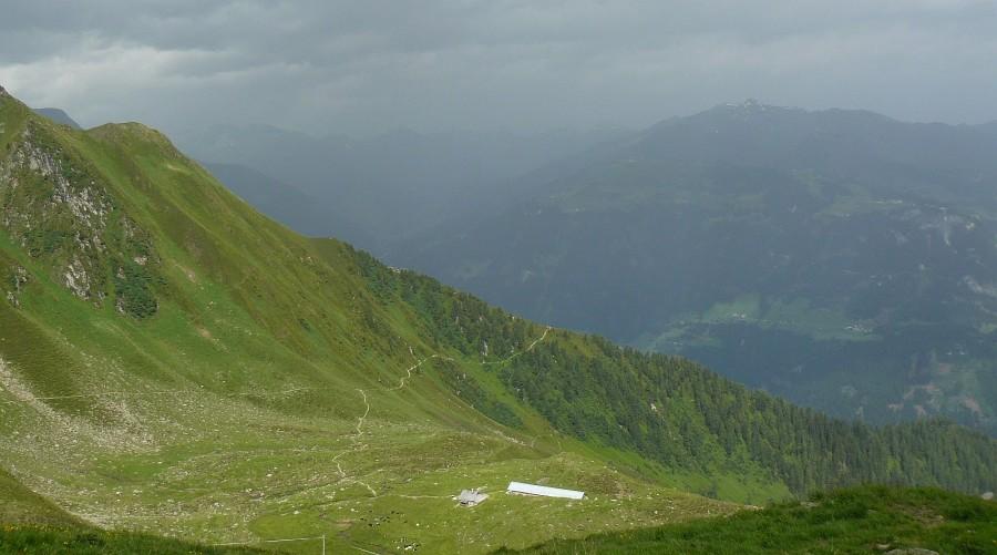 Pohled od Edelhütte zpět na obě cesty a rozcestí. Dole je vidět salaš.