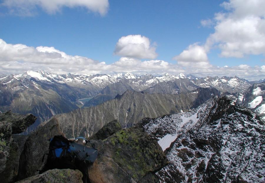 Pohled z Ahornspitze k východu směrem k přehradě Zillergründl