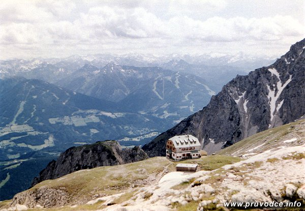 Guttenberghaus v pohledu ze sedla Feisterscharte