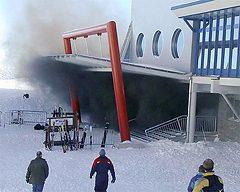 Kouř z požáru lanovku u horní stanice (Alpincentrum)