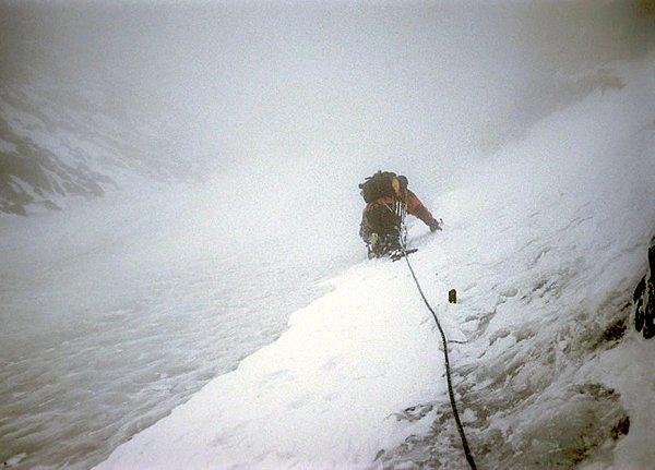 První lanová délka lezení v ledu v Pallaviciniho kuloáru