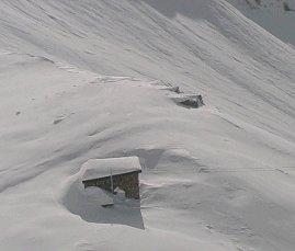 Sajathütte po pádu laviny